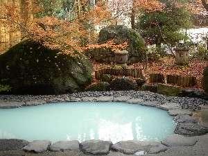 晩秋の露天風呂。天候などにより、お湯の色が変わる