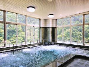 大歩危温泉 サンリバー大歩危:「美人の湯」で知られる、化粧水いらずの強アルカリ温泉の大浴場