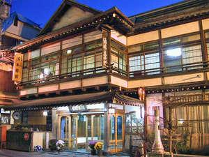 渋温泉 湯本旅館:*外観。館内の灯りが外へもれることで雰囲気が出ています。