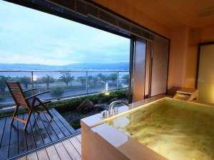 諏訪湖ホテル 上諏訪温泉随一の諏訪湖眺望の宿:【満天manten】展望風呂。ウッドテラス付。お部屋にもテラスがあり開放感満点!