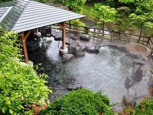 旅館新湯:新緑に包まれた渓流露天風呂