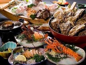 海辺の温泉宿 まるさん:らんまんぷらん【伊勢海老2匹、鮑2匹付】舟盛、会席焼き牡蠣大皿盛り