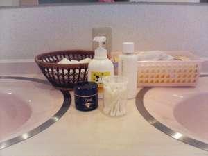 女子風呂にシャワーキャップ、綿棒、乳液、クリーム、