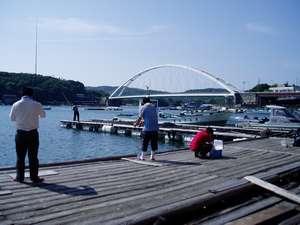 海辺の温泉宿 まるさん:宿前桟橋、みんなで魚釣り♪