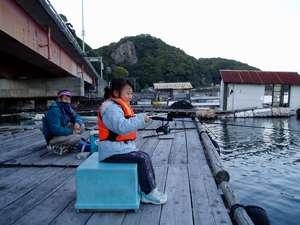 宿のすぐ前の桟橋、お父さんと一緒に魚釣りデビュー♪