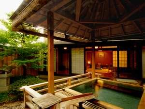 常磐ホテル:【御坂】露天風呂は、木の香漂う本格舞台造り。開放感に包まれて、ゆったりとお湯をお楽しみいただけます。