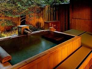 常磐ホテル:露天風呂付き離れ客室「若松」の露天風呂は防水畳に木造り(内石張り)
