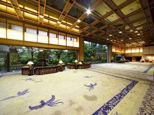 常磐ホテル:日本庭園を望むメインロビー。品格ある凛とした空間が漂う。