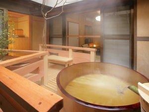 天童温泉 松伯亭 あづま荘:「星の呟き」客室露天風呂。美肌の湯として名高い天童温泉の湯を、かけ流しで思う存分ご堪能頂けます。