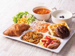 コンフォートホテル小松:◆盛り付け例◆パンやワッフルを中心にサラダで彩りUP!焼きそばやスープ、ヨーグルトもお好みで!