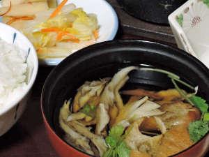 肘折温泉 若松屋村井六助:*夕食一例/旬の幸のお吸い物。春は山菜、秋はきのこなど、その季節の美味しい食材を取り入れています。