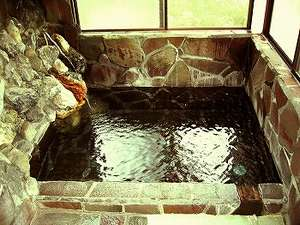 民宿 やま久:天然岩風呂温泉源泉掛流し!(山岳稀少秘湯。湯量の為、家族風呂サイズです、御客様同士交互に貸切で!)