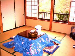 民宿 やま久:田舎に帰ってきた様な、温かみの在る昭和50年代風和室、窓からの眺めは山々山!!