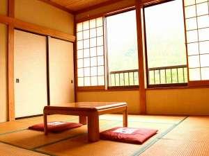 民宿 やま久:山々の見える昭和風和室八畳