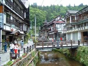 旅館 松本:銀山温泉 川側風景(夏)