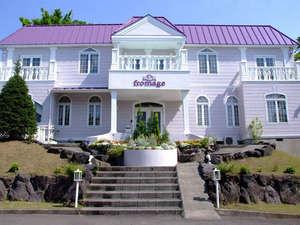 猫のいるお宿 プチホテル・フロマージュ:青空に映えるラベンダーカラーの建物