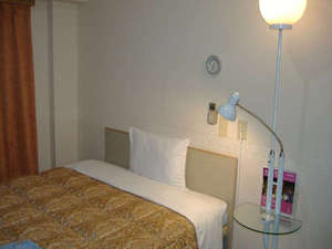 東横イン千葉幕張:15㎡のお部屋に 140cm幅広々ベッド。明るい室内。