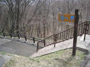 ホテルから湖畔までは坂を下って徒歩7~8分です