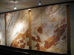 フロントカウンターの後ろにある和紙レリーフ「杣の木漏日」