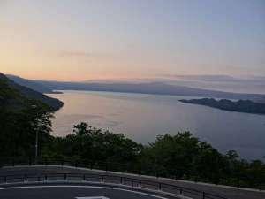 十和田湖は、十和田八幡平国立公園内にある十和田火山で形成された2重カルデラ湖。時間で表情を変える