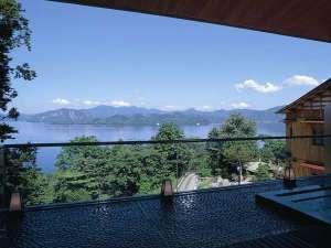 十和田湖一望の露天風呂。浴槽内の腰掛に身体をあずけ、半身浴しながらの長湯も極楽…