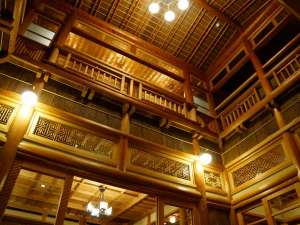 日本最大美林秋田杉を惜しみなく配し、昭和14年にオープンした歴史と伝統のあるホテル。