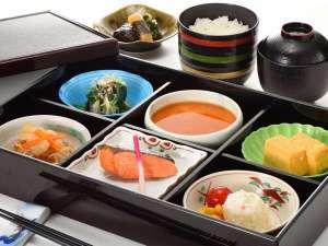 和食の朝食。手作りのお豆腐や、出汁のきいた自家製卵焼きなどが食卓を彩ります