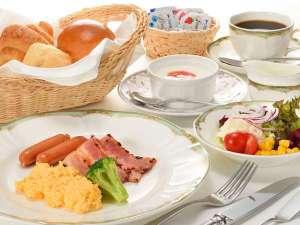 洋食の朝食。スクランブルエッグをはじめ,地域の新鮮素材がご堪能いただけます
