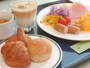≪朝食バイキング≫焼き立てパンとともに、朝から食欲全開!