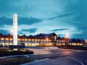 広い敷地で、空を遮ることなく建てられた当館。広い駐車場や併設の施設も魅力