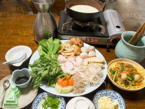 ビジネス旅館やまべ:飛鳥鍋(1人前)の一例:真菜や菊菜などの大和野菜をふんだんに使っています。
