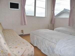 サーフサイドペンション わんすてっぷ:ツインルーム① ソファをベットにすることができます。