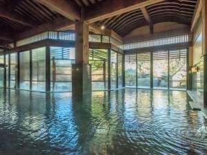 あわら温泉 あわらグランドホテル:大浴場 式部の湯は腰までの深さでトップリと入れる。庭園を見ながら夢心地。