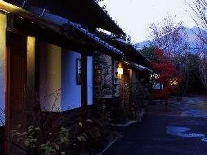 ゆふいん旅館 ゆすらうめ:薄暮の時間のゆすらうめ外観。向こう側に由布岳も望める