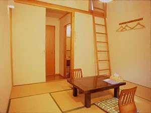 ペンション ぱどる:8畳の和間に梯子で上るロフトが付いています。ロフトは板間で3.5畳程の広さがあります。