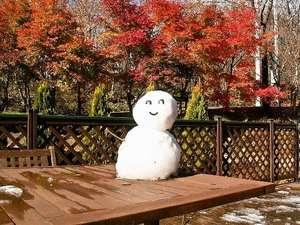 ペンション ぱどる:紅葉に雪だるま