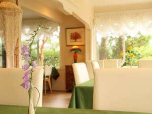 富士山・忍野リゾート センターハウス:美しいガーデンを横にお食事をどうぞ!