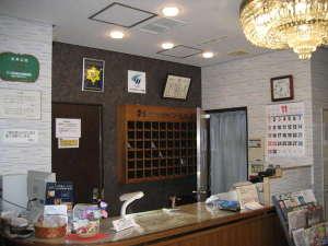 ビジネスホテル ソーシャル蒲田:落ち着いて機能的なフロント