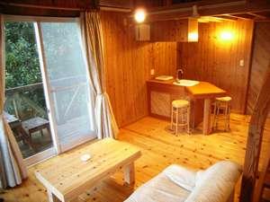 貸別荘 小さなリゾートハウス:杉板の壁に白熱灯の優しい光が…