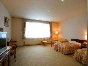 【本館 バリアフリールーム】ツインベッド+ソファーベッドのお部屋です。