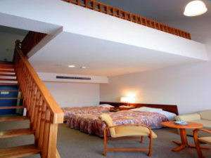【本館 メゾネット】2室限定の洋室です。お部屋の中がロフトのようになっています