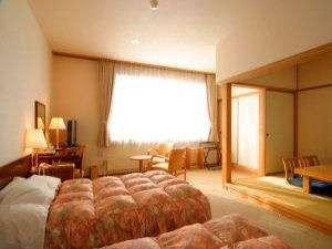 【本館 和洋室】ツインのベッドに畳の小上がりがございます。祝!道東道開通で釧路まで近くなりました!