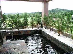 【露天風呂】夏は風が心地よくつい長湯してしまいます。山間ののどかな景色を眺めながらおくつろぎください