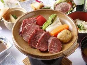 しほろ牛会席膳は陶板焼きで。ヒレ肉を使ってますので、柔らかさのなかにもお肉の味をしっかりと楽しめます