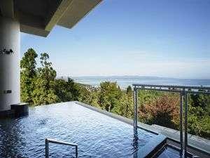 『絶景と癒しの宿』 雨晴温泉 磯はなび:露天風呂から望める壮大な空と蒼い海は絶景♪桜、新緑、紅葉、雪化粧と自然の演出も心を和ませてくれます