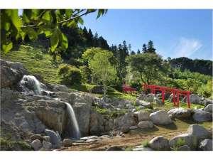 母畑温泉 八幡屋:裏山には山頂まで続く赤鳥居があります。散歩コースに最適です。