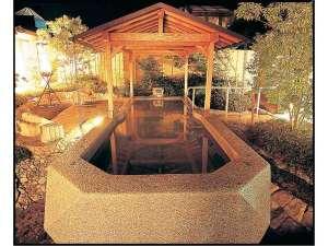 母畑温泉 八幡屋:自慢のくりぬき風呂です。