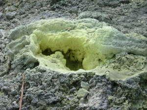 藤七温泉 彩雲荘:噴気孔には硫黄分がびっしり