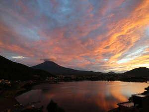 湖のホテル:ホテルから観る富士山は、刻一刻とその表情を変えて、飽きることがありません。