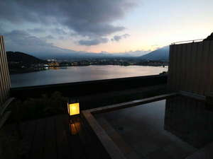 """湖のホテル:屋上の貸切露天 """"湖の鏡""""からの絶景"""